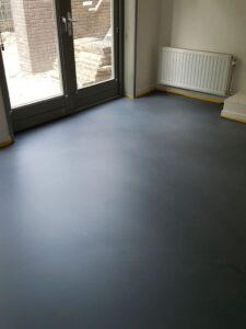 cementgebonden gietvloer in woonkamer gelegd