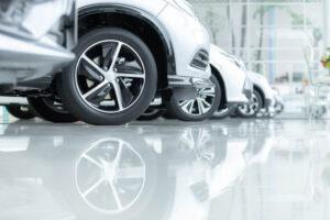 epoxy gietvloer geplaatst in auto showroom
